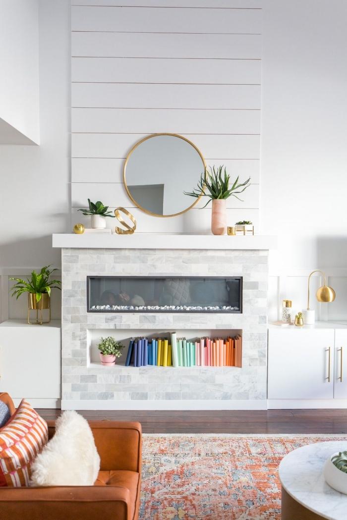 décoration pièce avec lambris bois blanc, idée revêtement partie de mur moderne, salon blanc avec objets ethniques
