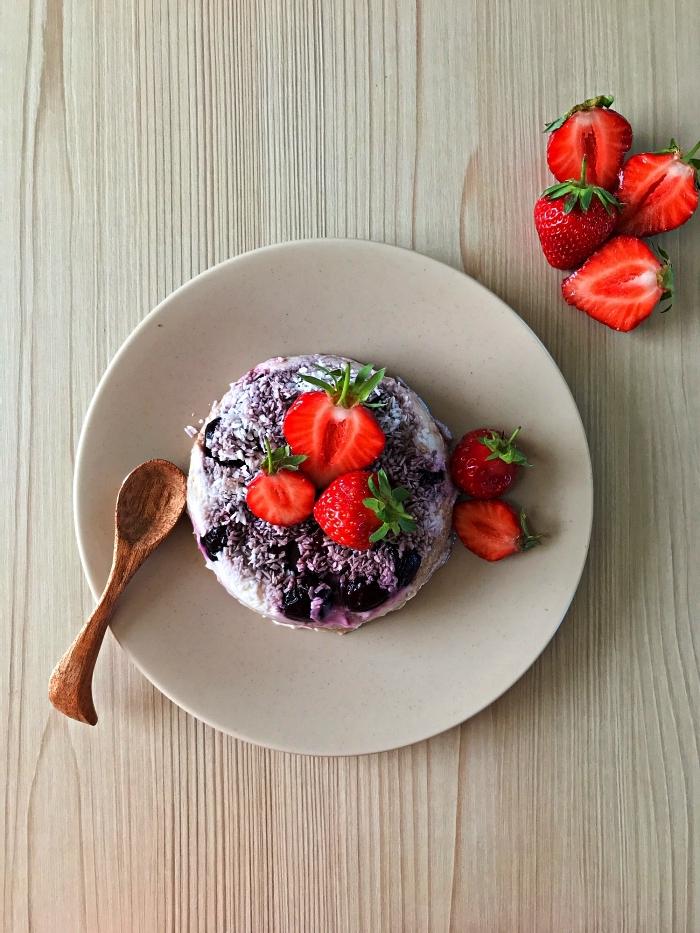dessert rapide sans cuisson, mini-gâteau aux cerises et à la noix de coco garni de fraises