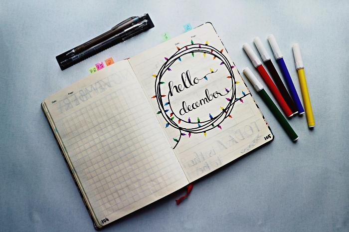 exemple de bullet journal page de garde pour le mois de décembre avec un dessin de guirlande luminuese et un joli lettrage manuscrit