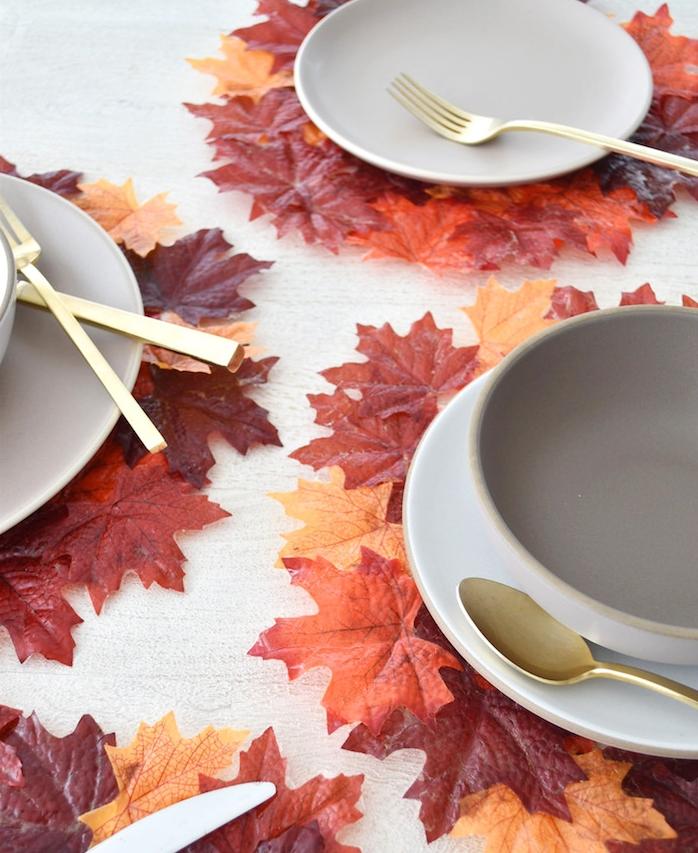 dessous d assiette en feuilles d automne collées ensemble sur une table de bois, bricolage d automne decoration table theme