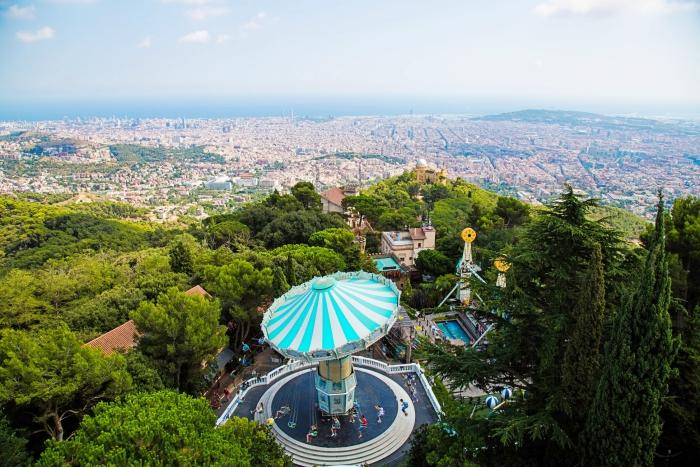idée visite parc d'attraction pour toute la famille à Barcelone, vue d'en haut de Barcelone, paysage panoramique de Barcelone
