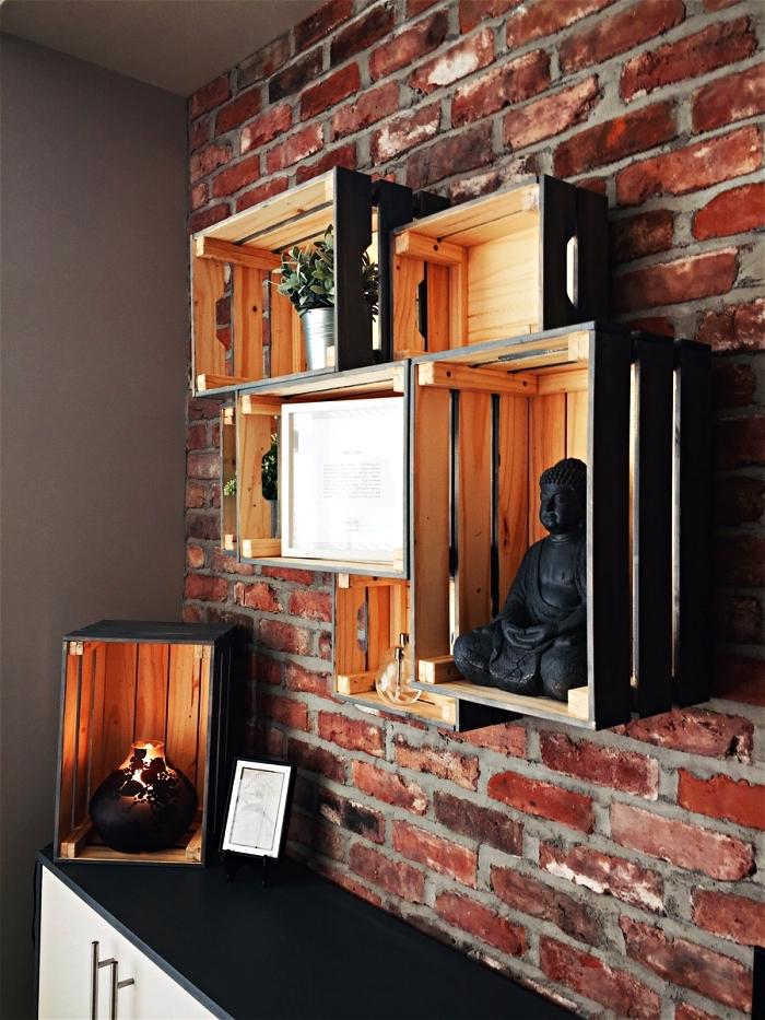 etagere maison au desin industriel réalisée avec des caisses en pin ikea fixées au mur en briques à l'extérieur peint en noir mat
