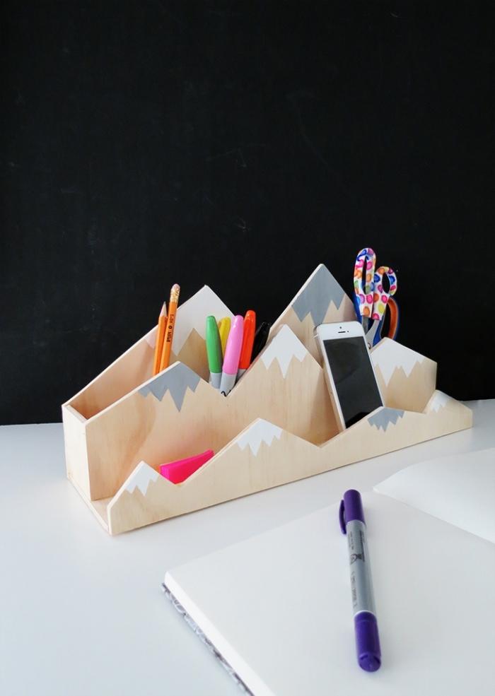 idée déco bureau stylée en blanc et noir avec objets DIY, modèle rangement bureau en bois avec peinture originale