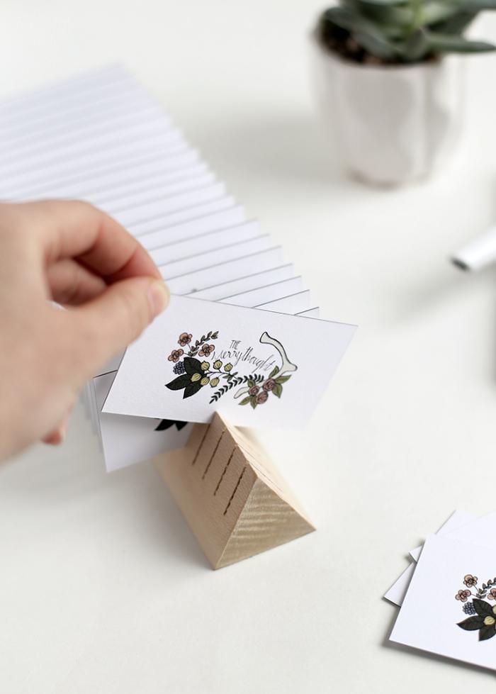 modèle de porte carte visite à faire soi même, idée déco bureau avec objet DIY, fabriquer un accessoire bureau en bois