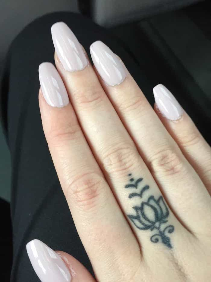Manucure rose pale, doigt tatouage minimaliste, fleur de lotus tatouage, symbole tatouage, dessin de fleur