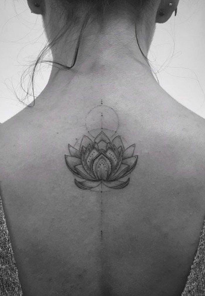 Dos de fille cheveux en chignon, dos tatouage géométrique lotus, symbole tatouage, fleur de lotus tatouage, idée inspiratrice