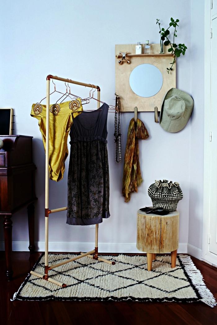 coin dressing avec portant à vêtement diy en bâtons bois et coudes en cuivre, dressing ouvert avec portant à vêtement, tabouret bois et petite étagère avec miroir