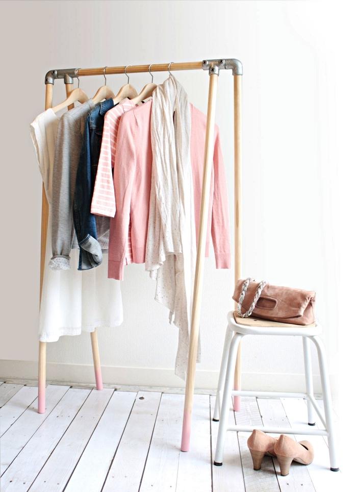 aménager un coin dressing dans sa chambre avec portant à vêtements en bois, idée pour faire un dressing minimaliste avec des poteaux bois et des coudes en métal