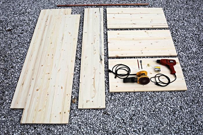matériel nécessaire pour créer un dressing sur mesure avec des planches de pin, modèle de dressing en bois ouvert à faire soi même