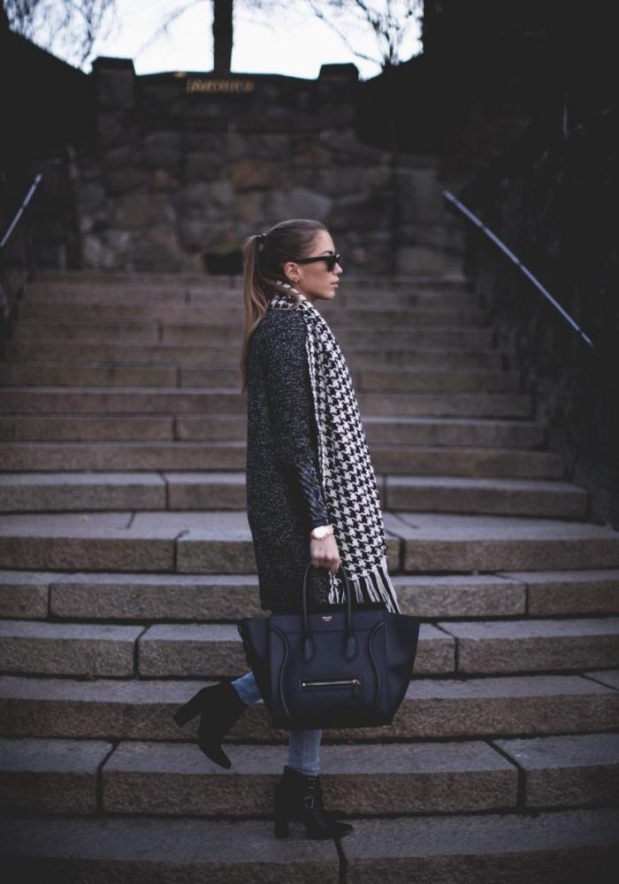 idée de tenue chic femme avec jeans et bottines hautes en noir, modèle d'écharpe blanc et noir aux motifs pied de poule