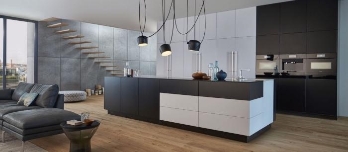 design cuisine gris anthracite et bois avec accents noirs mat, décoration cuisine ouverte avec îlot central blanc et noir
