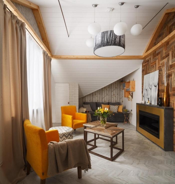 exemple de revetement mural bois, idée aménagement sous pente dans un petit salon aux murs blancs avec accents orange