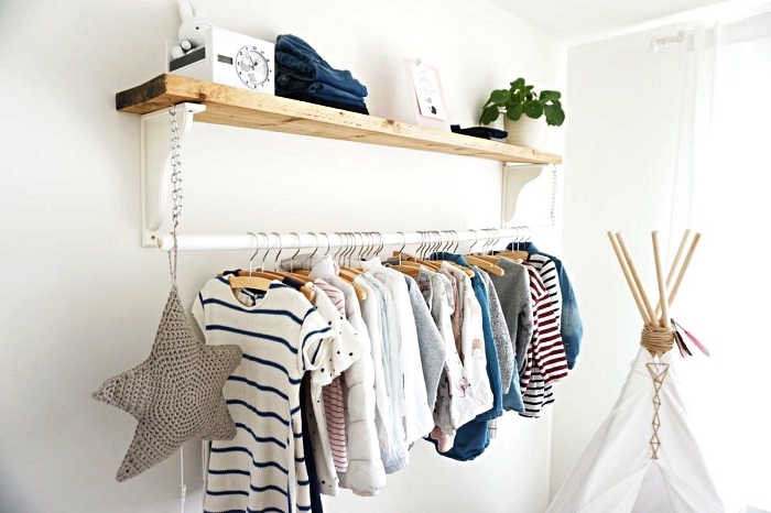 comment faire un dressing minimaliste dans une chambre d'enfant, barre de penderie fixée en dessous d'une étagère bois