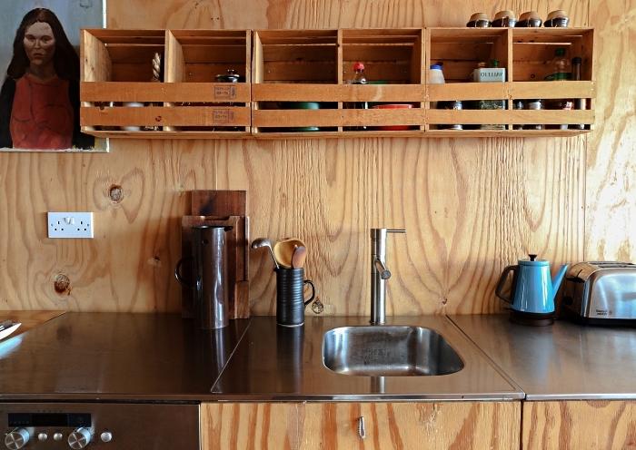 diy rangement pour la cuisine, une étagère de cuisine réalisée avec des cagettes en bois ikea knagglig
