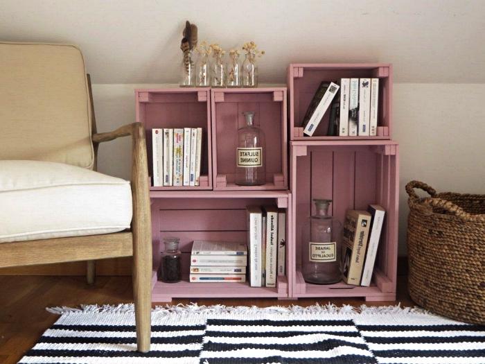etagere originale réalisée avec des caisses en bois superposées peintes en rose, petite étagère sous pente en caisses bois