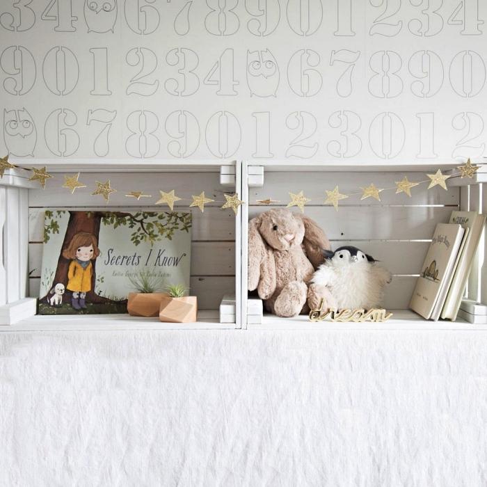 etagere deco en bois blanc réalisée avec des caisses en bois ikea, idées pour détourner une caisse a pomme en jolie étagère murale