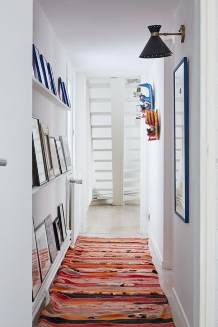 Tapis oriental, photo déco couloir étroit, images inspiration décoration intérieur, étagères avec photos