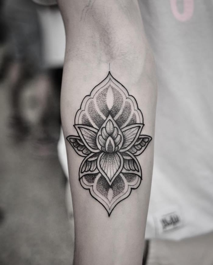 Tatouage symbole, quel tatouage choisir pour soi meme, main d'homme en t-shirt blanche, belle fleur graphique