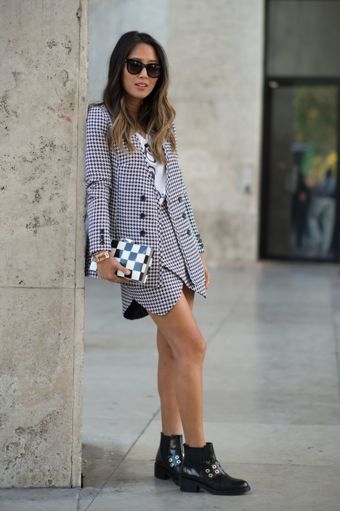 idée de tenue chic femme en tailleur jupe asymétrique et blazer à motifs pied de poule, look casual smart avec t-shirt et blazer