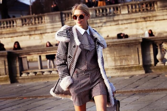 style vestimentaire femme tendance hiver 2019 2020, modèle ensemble shorts et gilet avec cravate à pied de poule motif tendance