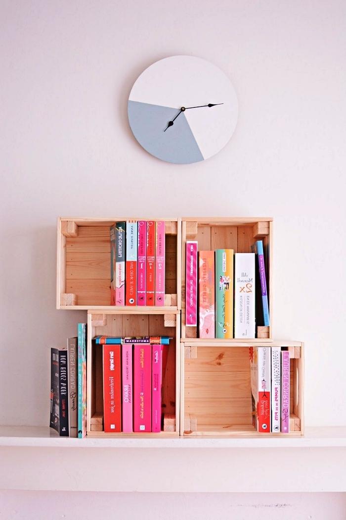 fabriquer une etagere originale avec des caisses en bois empilées, petite bibliothèque réalisée avec des cagettes à vin