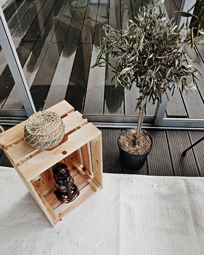 caisse en pin knagglig détournée en etagere deco, aménager un coin déco à l'extérieur avec une caisse bois ikea