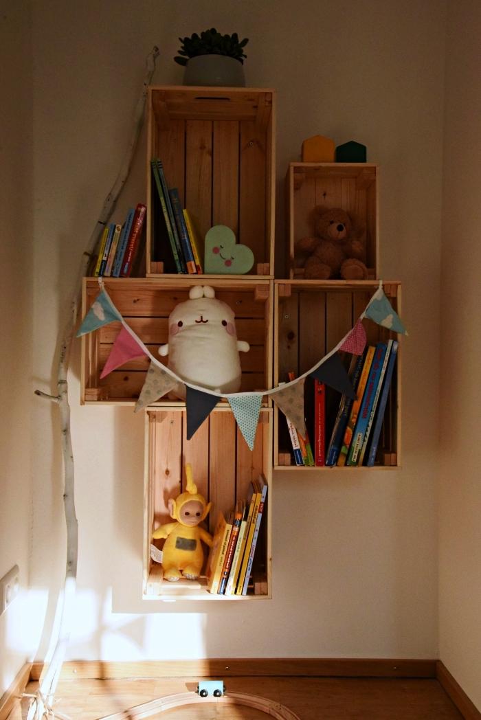 etagere originale pour la chambre d'enfant réalisée avec des caisses knagglig fixées au mur