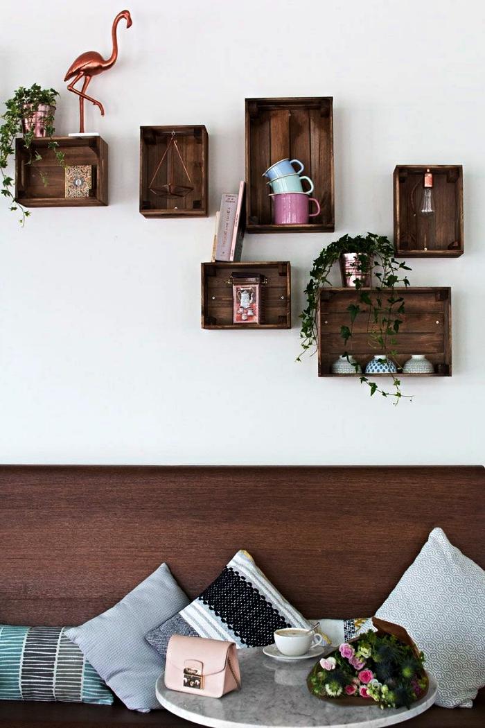 détourner une caisse knagglig ikea en etagere deco, étagères murales avec des caisses en bois verni d'aspect vintage