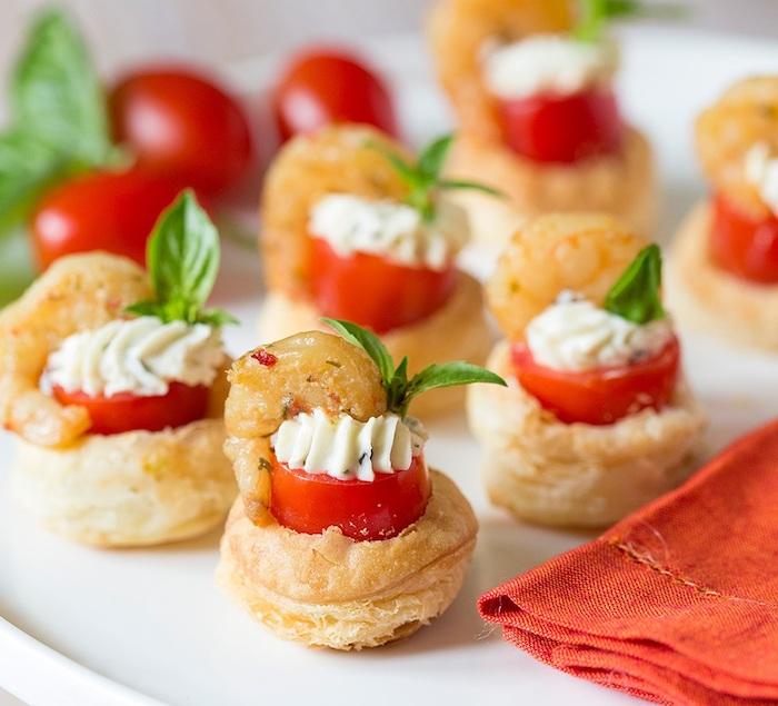 mini bouchées apéro avec tomat cerise au centre farcie de fromage à la crème et crevette, apéro soirée élégante