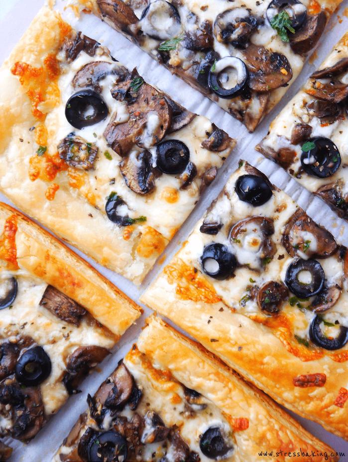 mini pizzas que faire avec pate feuilletée, tranches de tarte salé aux champignons, olives, fromages et herbes