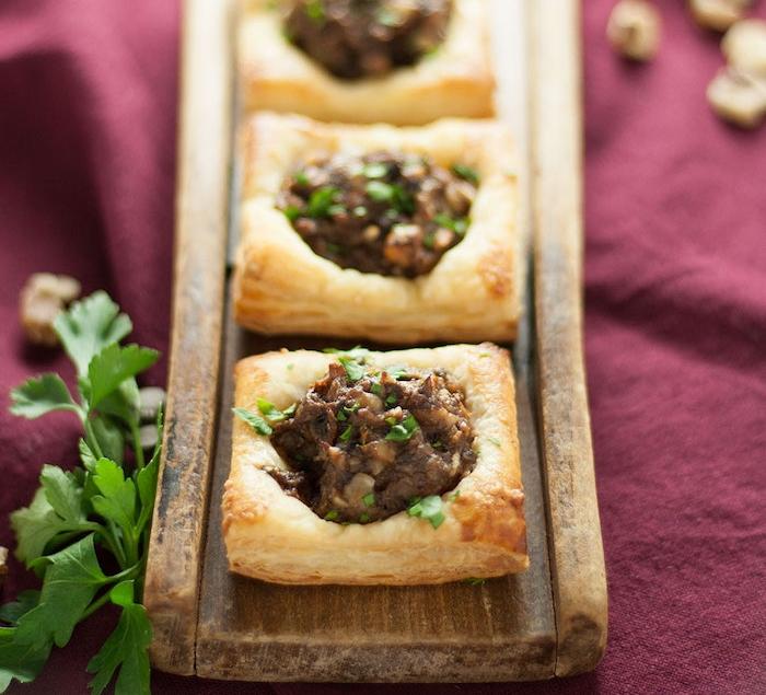 des carrés de pate feuilletée avec une farce de champignons et topping de persil, recette avec pate feuilletée salée