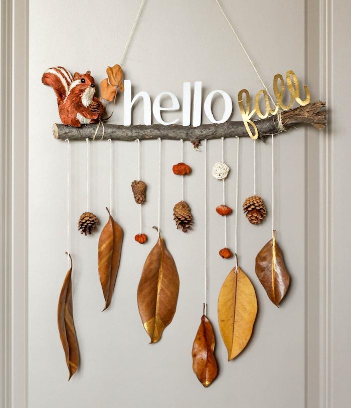 fabriquer un mobile d automne en branche bois flotté avec des feuilles d automne suspendues et pommes de pin, petites decorations figurines