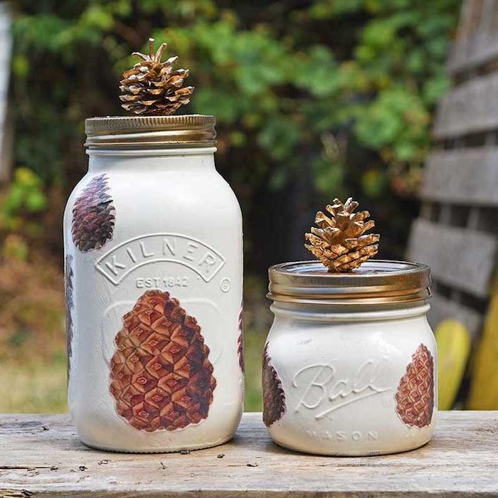 idee customiser pot en verre peinture blanche avec motif decoupage serviettage pomme de pin, et pomme de pin sur le couvercle