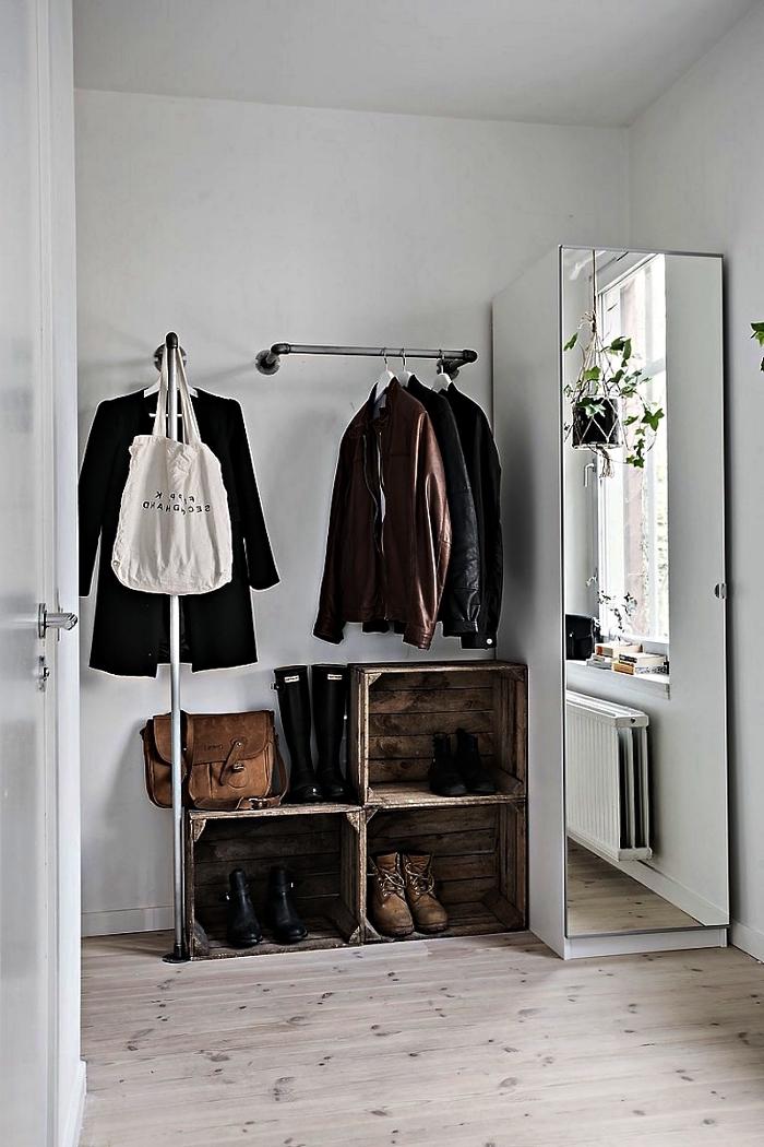 idée pour faire un dressing dans une chambre de petite taille, aménager un espace dressing avec penderie murale, cagettes en bois récup et un placard