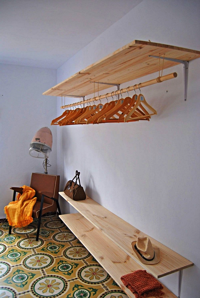 comment fabriquer un dressing ouvert, dressing aménagé tout au long du mur avec des étagères en bois et une barre suspendue