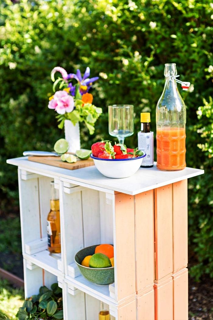 fabriquer un bar d'extérieur avec des caisses en bois peintes en deux couleurs, projets de detournement meuble ikea pour l'extérieur