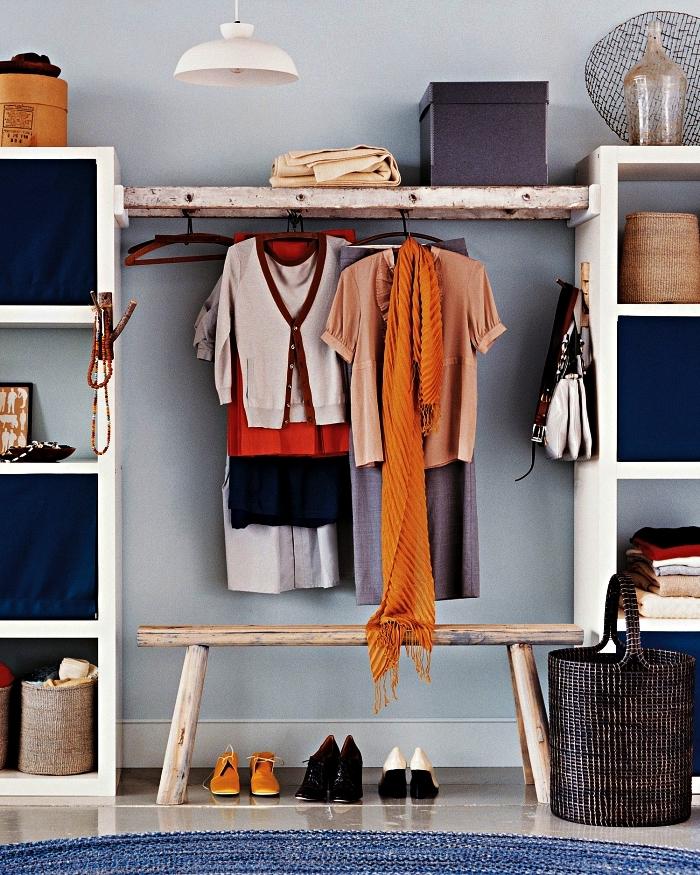 fabriquer un dressing avec une échelle fixée entre deux meubles caissons, idées d'aménagement d'un coin dressing dans la chambre à coucher ou dans le hall d'entrée