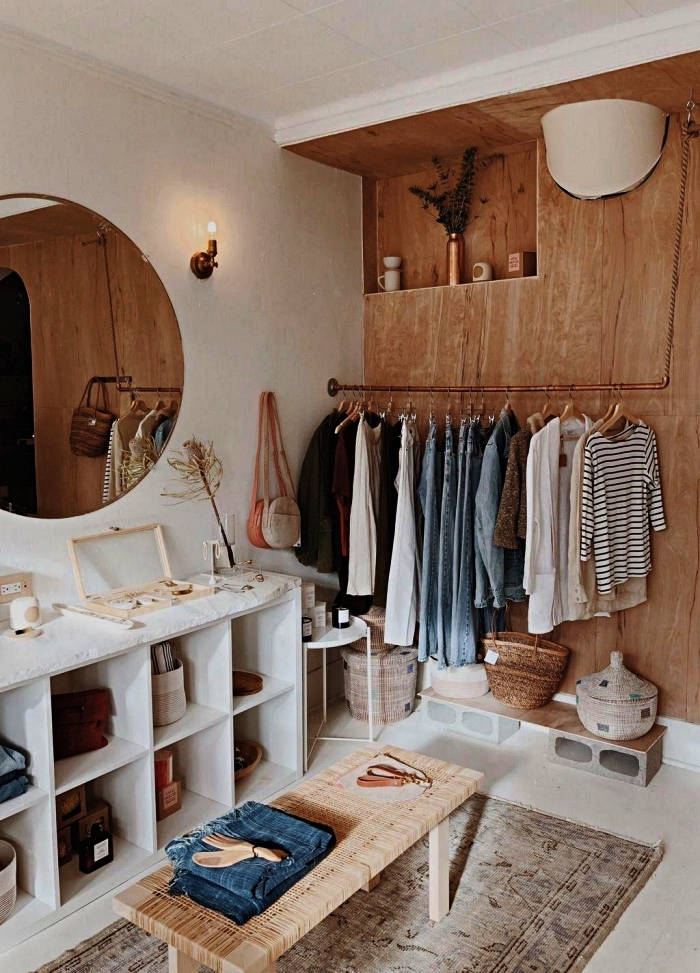 aménagement d'une chambre avec dressing équipé d'un meuble caisson, d'un banc et d'une penderie en tube cuivre