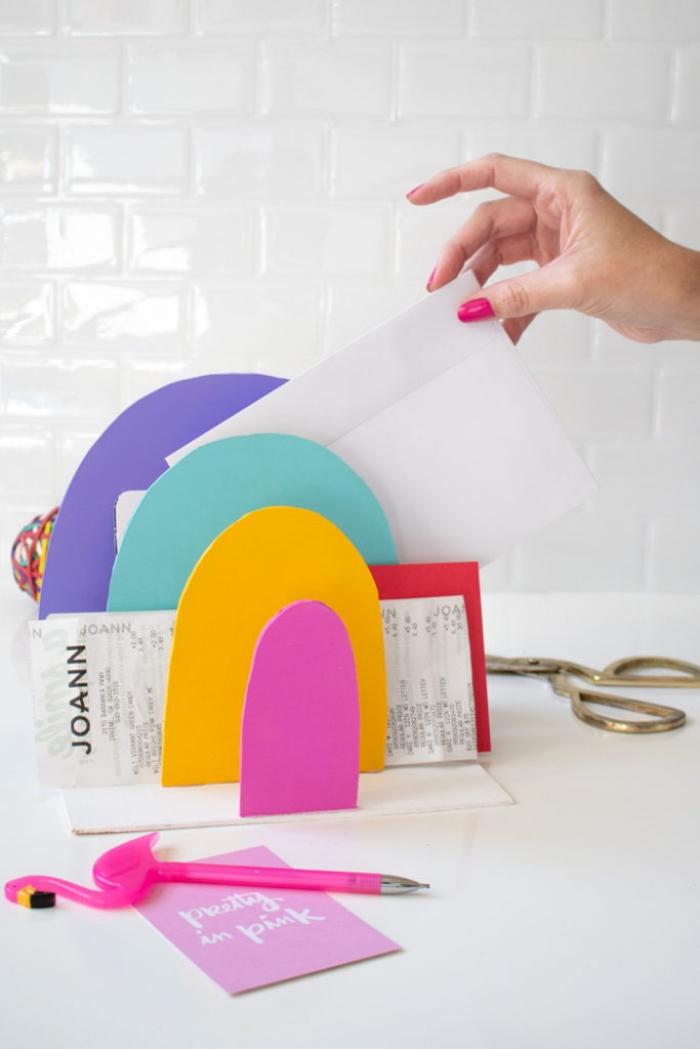 idée aménagement bureau avec objets fait main, modèle de rangement bureau en carton différentes couleurs