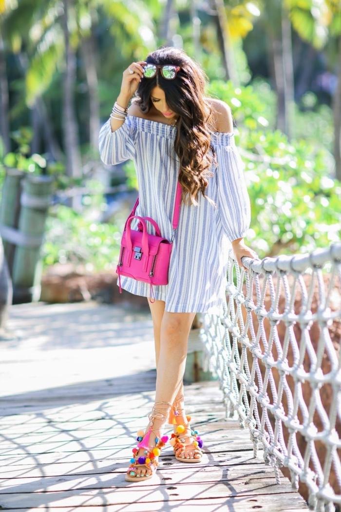 idée tenue été femme avec robe tunique blanc et bleu, paire sandale ete personnalisées avec pompons colorés