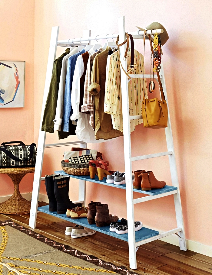 détourner une échelle en dressing diy pour vêtements et chaussures, portant à vêtements réalisé à partir d'une échelle récup