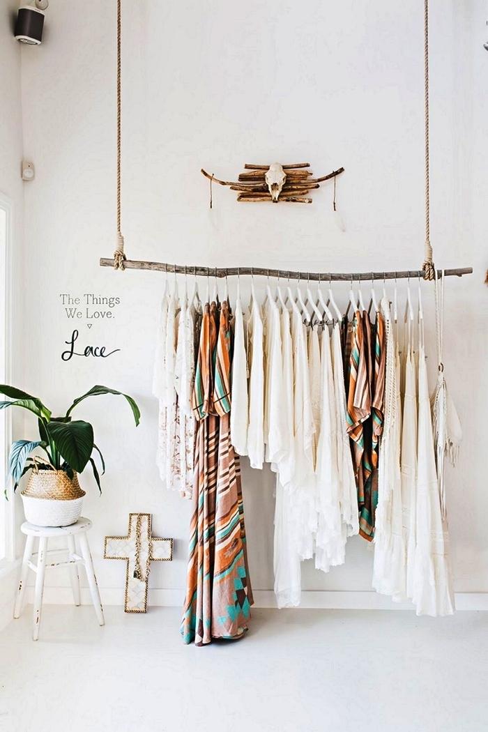 penderie suspendue au plafond réalisée avec une branche et de la corde, coin dressing a faire soi même