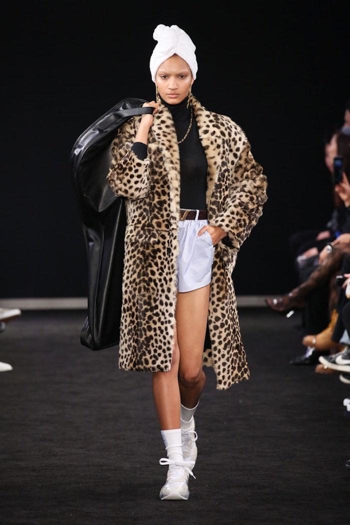 Fausse fourrure manteau motif animal, pantalon courte blanche, tenue chic femme, comment bien s'habiller, mode femme 2019