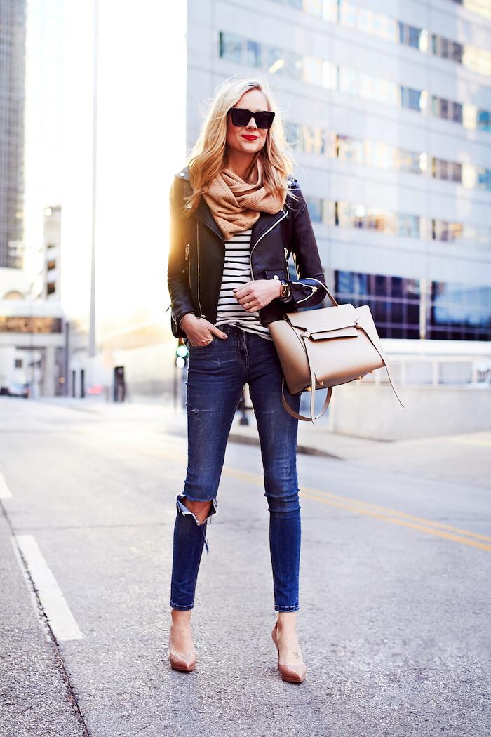 Sac à main beige, chaussures à talon, écharpe cosy et chic, comment bien s'habiller look casual femme tendance automne 2019