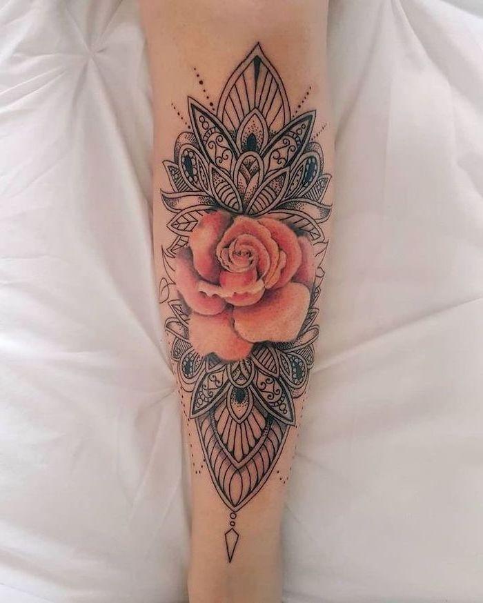 Rose et fleur de lotus dessin sur la peau, femme beauté dessin sur la peau, coloré fleur tatouage réaliste