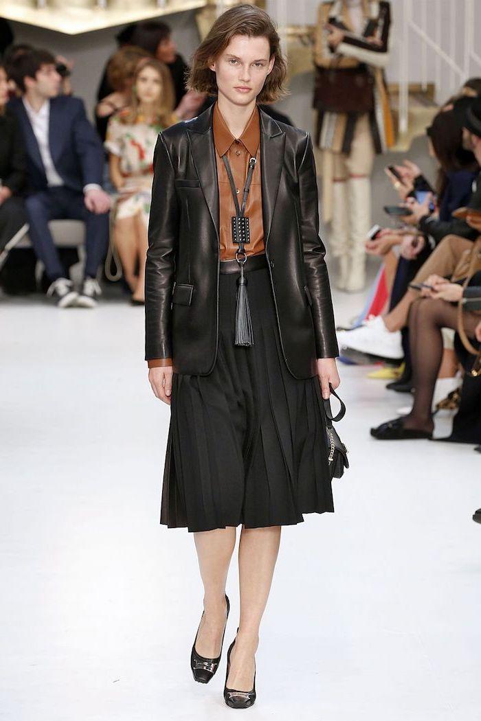 Jupe mi longue noire, veste cuir noir, chemise fausse cuir brune, les meilleures tendances 2019, manteau femme hiver 2019 2020