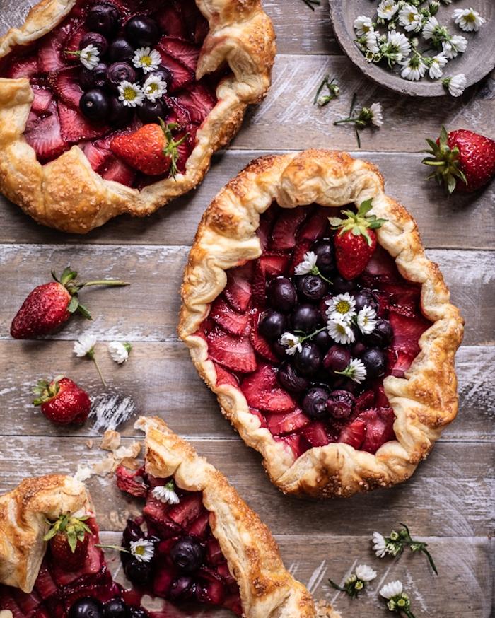 tarte aux fruits rouges, myrtilles, fraises sur une pate feuilletée, idée de dessert facile et rapide ou apero sucré
