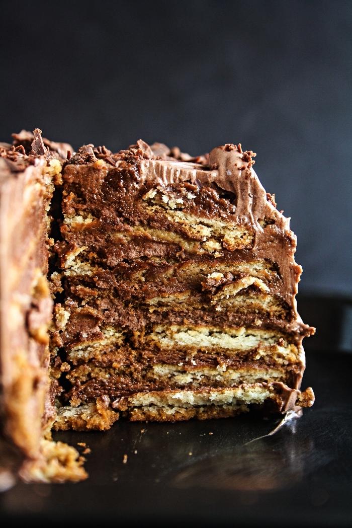 gateau sans cuisson à base de biscuits de thé trempés dans du café, recette de gâteau au chocolat et biscuits parfumé au café