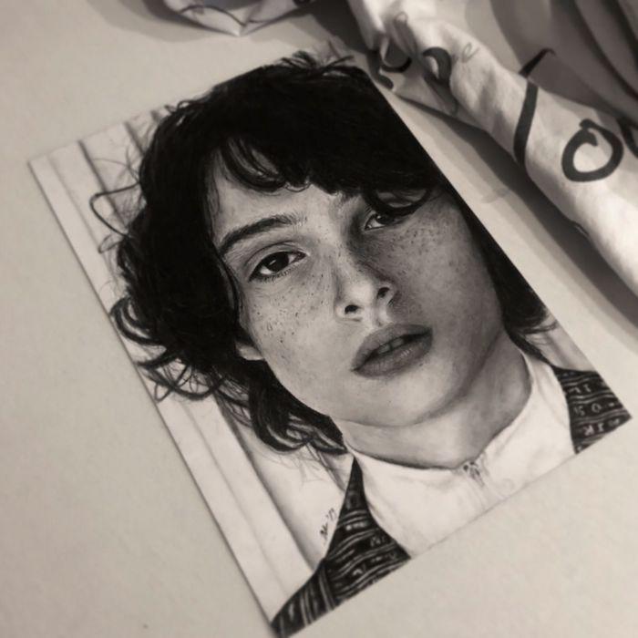 Fan art stranger things série de netflix Mike portrait photo-réaliste en noir et blanc, dessin réaliste, dessin a reproduire par etape