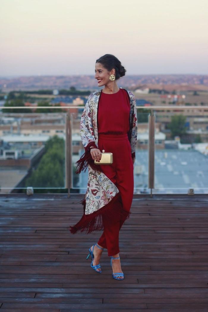 idée tenue de fete, modèle de combinaison chic pour mariage de couleur rouge foncé avec pochette dorée et chaussures à talons
